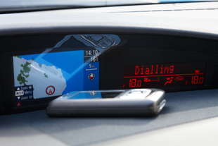 francia auto si telefona solo col bluetooth
