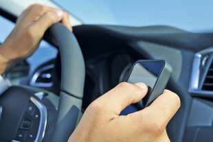 in caso incidente auto polizia controlla smartphone