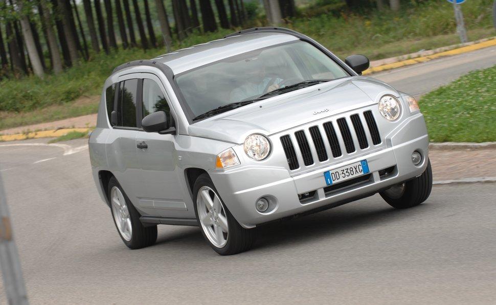 prova jeep compass scheda tecnica opinioni e dimensioni 2.0 crd ... - Bel Divano In Pelle Posteriore Con Sedili Imbottiti Armi