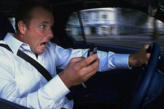 Smartphone alla guida: niente sospensione patente alla 1ª violazione