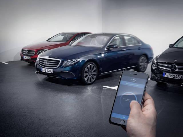La Mercedes E parcheggia da sola