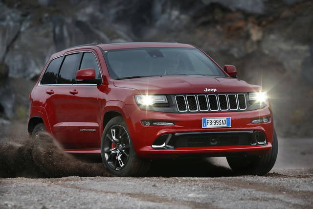 La Jeep Grand Cherokee SRT sull'Etna