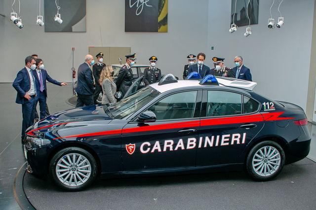 Divise andranno in SEAT - Pagina 3 Alfa-romeo-giulia-carabinieri_2