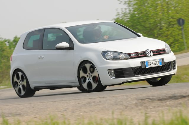 [IMG]http://immagini.alvolante.it/sites/default/files/styles/editor_1_colonna/public/prova_galleria/2010/08/volkswagen_golf_gti_3p_25.jpg[/IMG]
