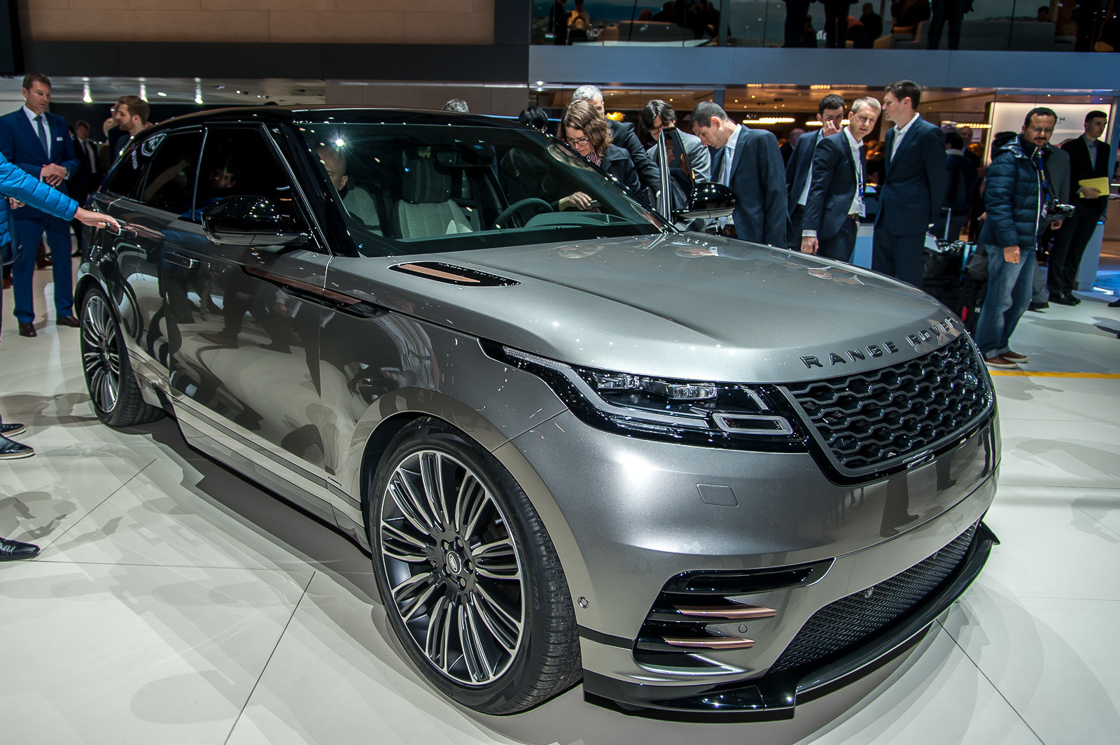 foto range rover velar lusso e design. Black Bedroom Furniture Sets. Home Design Ideas