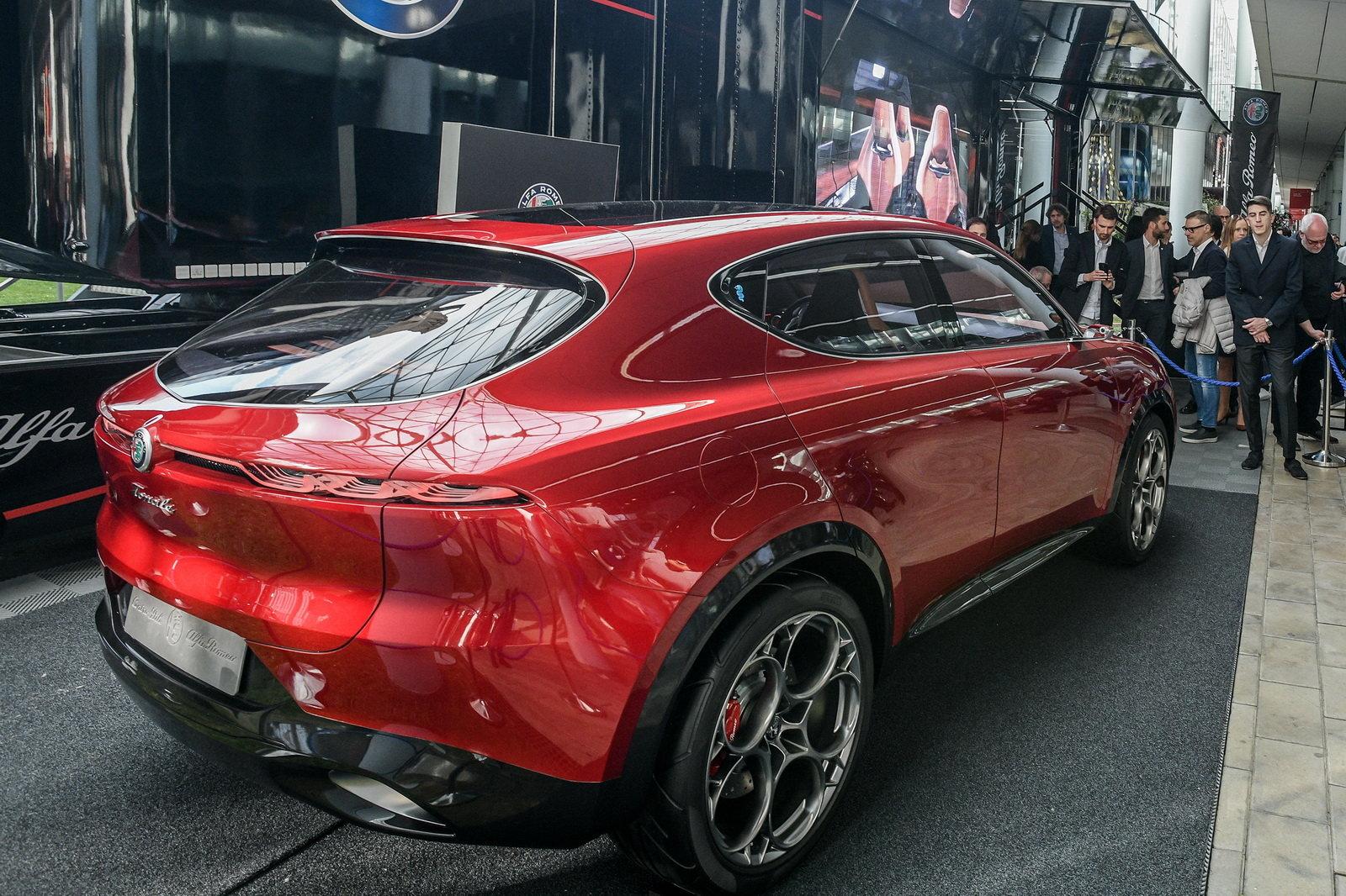 Foto - L'Alfa Romeo Tonale fa una capatina a Milano